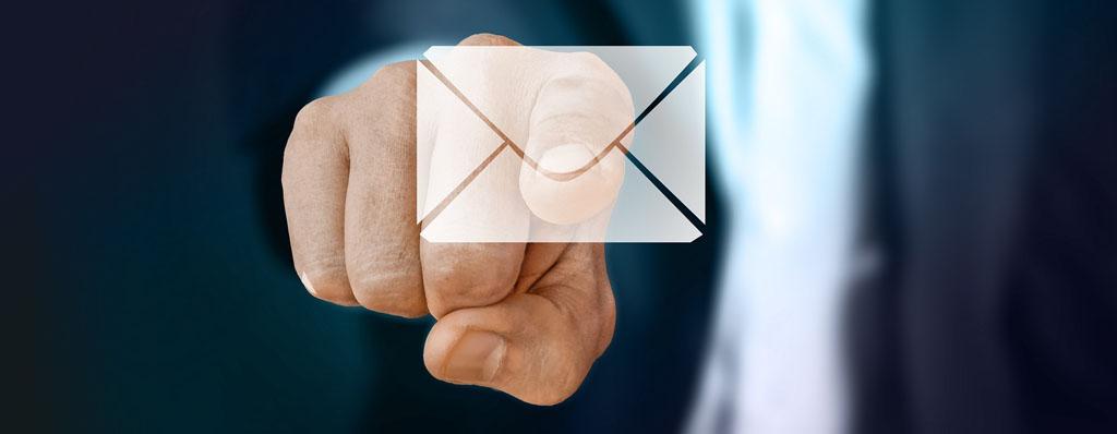 Finger zeigt auf Briefumschlag an Scheibe