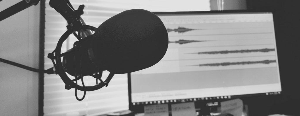 Aufnahmemikrofon vor Monitor