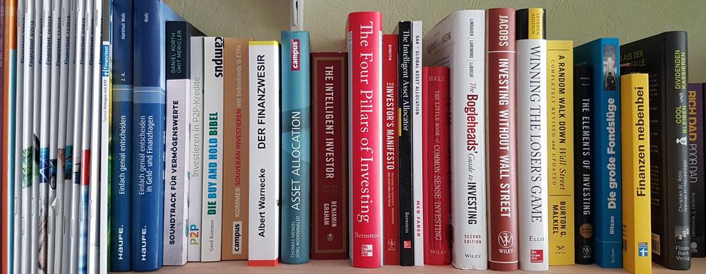 Regal mit vielen Finanzbüchern
